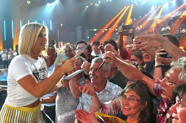 """ZDF-Livesendung """"Willkommen bei Carmen Nebel"""" aus Offenburg - Beatrice Egli erfüllte nach der Sendung noch vlele Autogrammwünsche am späten Samstagabend!  REGIOTRENDS-Foto: Reinhard Laniot"""