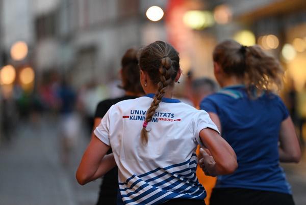 Läuferinnen und Läufer trugen die Farben des Universitätsklinikums Freiburg auf ihren Shirts durch die Altstadt.  Bildrechte: Universitätsklinikum Freiburg / Patrick Seeger