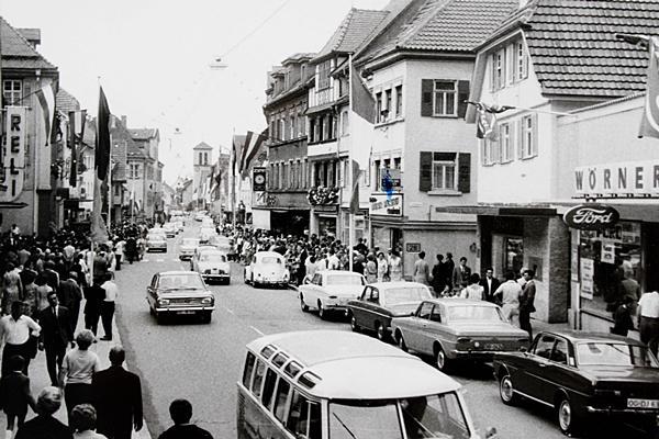 Die Oberkircher Hauptstraße während des Weinfestes 1967.  Quelle: Photo Harder/Stadtarchiv Oberkirch