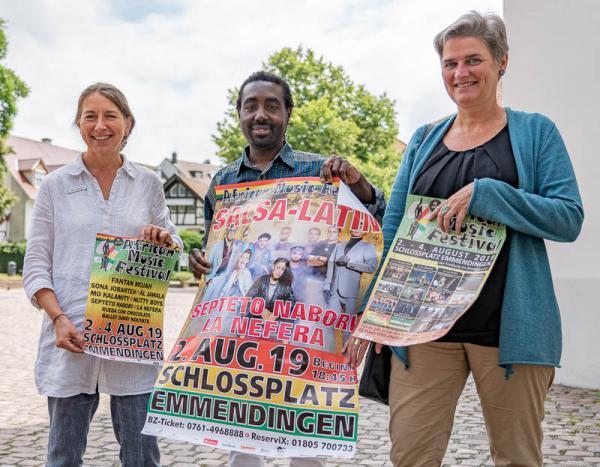 """19. African Music Festival von 2.-4. August in Emmendingen steht unter dem Motto """"We are the world"""" - Beate Desenzani (Stadt Emmendingen), Festival-Leiter Raphael Kofi, Pfarrerin Dr. Irene Leicht (rechts)."""