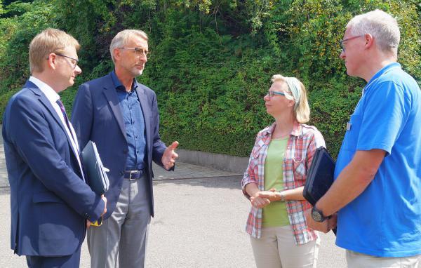 Staatssekretär Thomas Gebhart besucht das Hospiz am Buck in Lörrach. Von links: Thomas Gebhart, Armin Schuster, Claudia Deichsel und Dirk Erbe.  Foto: Florian Exner