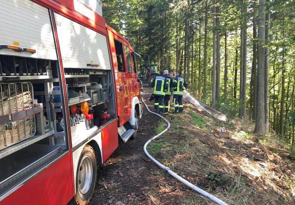 Vegetationsbrand, Alarm von Brandmeldeanlage und brennende Terrassendielen - Abteilungen der Freiwilligen Feuerwehr Waldkirch waren im Einsatz. Vegetationsbrand in Waldkirch-Siensbach.  Foto: Freiwillige Feuerwehr Waldkirch