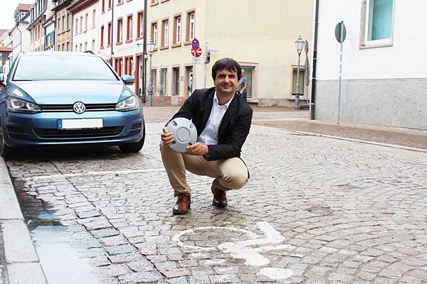 Dr. Jörg Röber, Leiter der Stabsstelle Digitalisierung und Projektmanagement, zeigt einen Sensor der übermittelt, ob es freie Parkplätze gibt.   Foto: Stadt Villingen-Schwenningen