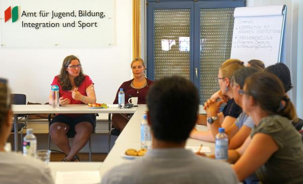 Sprach- und Kulturmittler bildeten sich zum Kinder- und Jugendschutz in Villingen-Schwenningen fort. Andrea Salman und Alina Leibiger vom Sozialpädagogischen Dienst stellten während einer Fortbildung ihre Arbeitsbereiche vor.   Foto: Stadt Villingen-Schwenningen