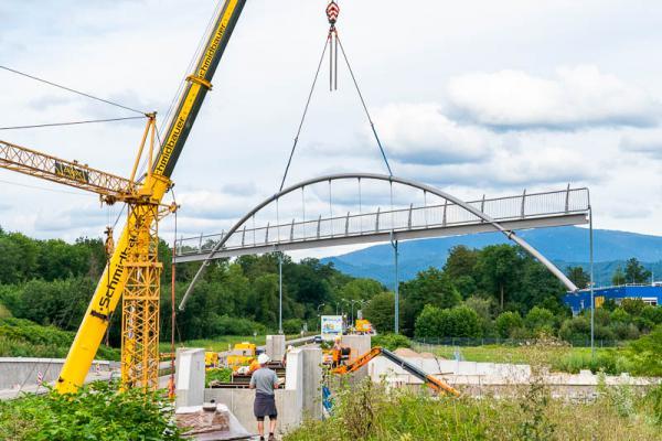 Bauteile für die neue Rad- und Fußgängerbrücke an der Einfahrt zum neuen Sportclub-Stadion konnten eingesetzt werden   REGIOTRENDS-Fotos: Jens Glade