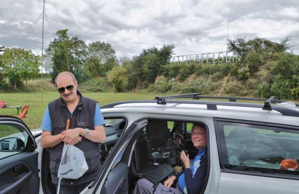 """Peter Eppich (DK6PT, im Fahrzeug) mit seiner speziell für den portablen Funkbetrieb ausgelegten Funkanlage zusammen mit Rainer Kenz (DK3KR) auf dem """"Atillafelsen""""."""