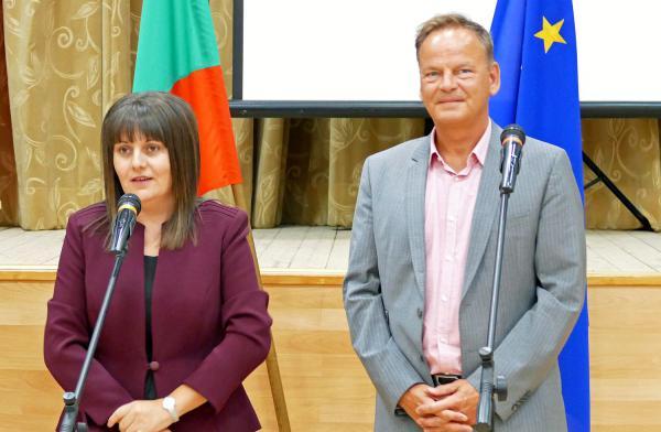 Ortenaukreis geht neue Wege bei der Fachkräftesuche. Landrat Frank Scherer und Gouverneurin Albena Georgieva begrüßten gemeinsam die zahlreichen Besucher.   Foto: Gerd Baumer