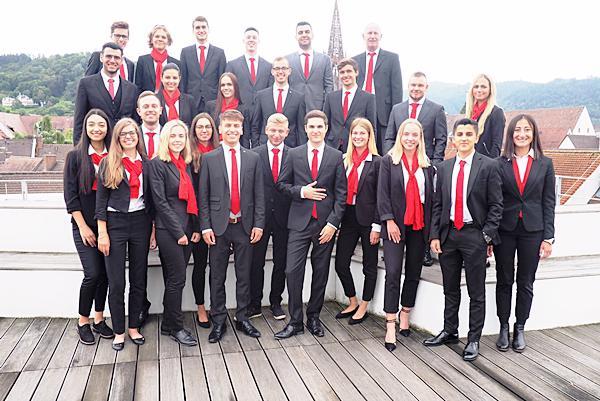 Die Auszubildenden des Jahrgangs 2019 mit Ausbildungsleiter Roman Ringwald (dritte Reihe rechts) und Stella Sereno, Ausbilderin (zweite Reihe rechts).  Foto: Sparkasse Freiburg-Nördlicher Breisgau