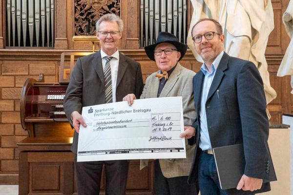 Gottfried Beck übergibt Spende in Höhe von 6100 Euro für die Welte-Orgel im Augustinermuseum -Scheckübergabe von links: Kulturbürgermeister Ulrich von Kirchbach, Gottfried Beck, Museumschef Tilmann von Stockhausen.