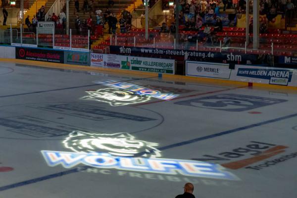 Wölfe Freiburg gewinnen gegen den amtierenden Meister Ravensburg Towerstars 3:2 - Neue Einlaufshow des EHC Freiburg