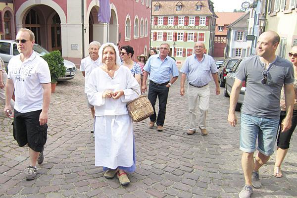 """Stadtführung mit der """"Magd"""".   Foto: Stadt Ettenheim"""