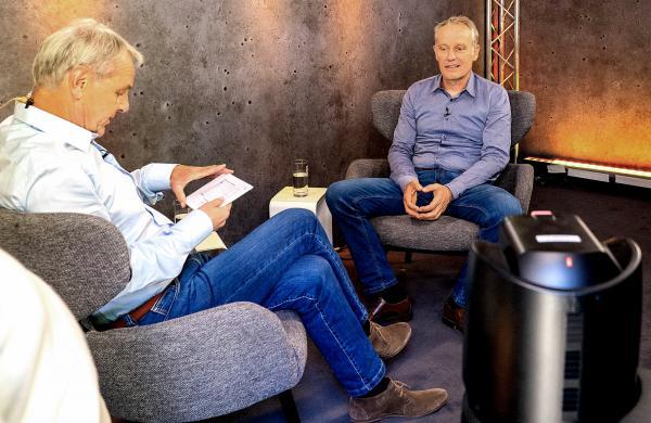 """Christian Streich bei """"Wontorra on Tour"""" - Jörg Wontorra und Christian Streich während der Vorbereitung zum Interview.  REGIOTRENDS-Foto: Jens Glade"""