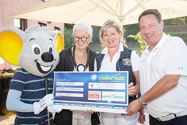 Barbara Dickmann (Santa Isabel e.V.) und Mauritia Mack (Einfach helfen e.V.) freuen sich über je 2.500 Euro, übergeben von Roland Bär, Präsident des Europa-Park Golfclubs Breisgau.  Foto: