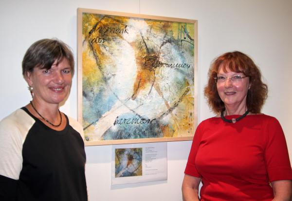 """Vernissage im Arkan-Forum: """"Freigeblasene Leuchtsaat"""" - Bilder von Irene Ulrich (rechts) hier zusammen mit Arkana-Leiterin Monika Riemensperger  Bild: FSRM"""