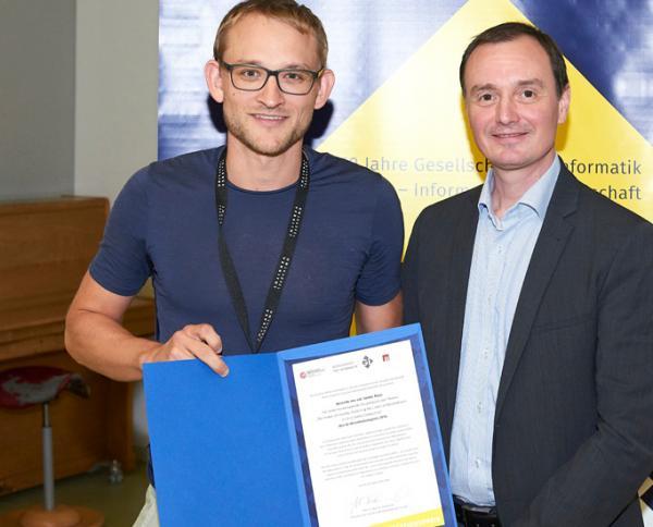 Yannic Maus (links) erhielt seinen Preis bei der Jahrestagung der Gesellschaft für Informatik am 26. September in Kassel. Foto: Nicolas Wefers