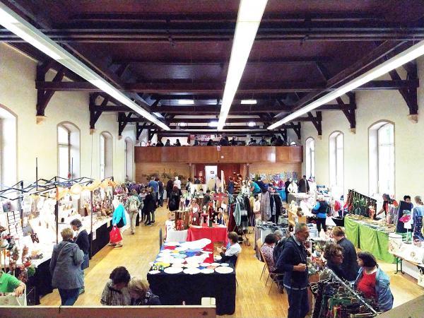 Marktstände mit einem breiten Warenangebot an Kunsthandwerk, Floristik, Schmuck und Mode erwarteten die Gäste in der Alten Turn- und Festhalle und im Außenbereich der Halle.