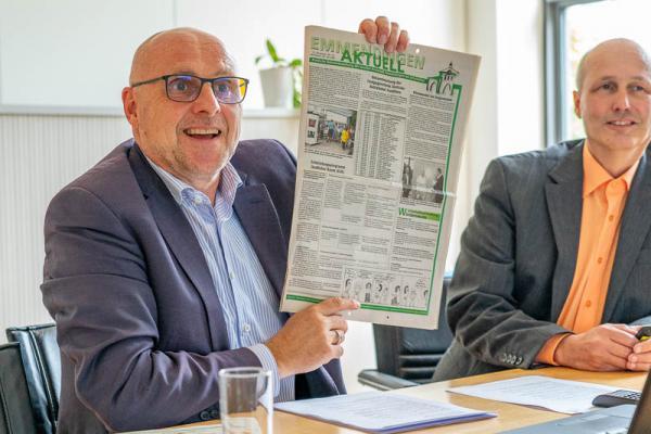 Stadt Emmendingen zieht nach 15 Jahren erfolgreicher Klimaschutzpolitik eine stolze Zwischenbilanz - Oberbürgermeister Stefan Schlatterer zeigt eine Ausgabe des Stadtanzeigers aus dem Jahr 2005, in dem der Klimawandel schon Thema eines Artikels war.