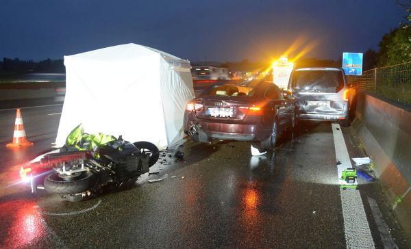 Tödlicher Verkehrsunfall auf der Autobahn A2 bei Liestal (Schweiz) - 55-jährige Rollerfahrerin verstarb noch an der Unfallstelle.  Foto: Polizei Basel-Landschaft