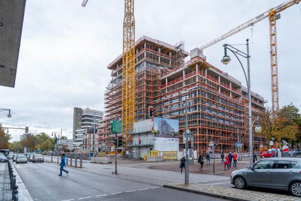 Neubau des Volksbank-Areals in Freiburg liegt bei Bauzeit und den Kosten im Plan