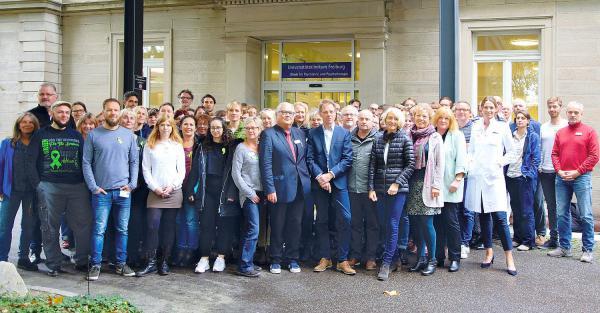10. Oktober: Eine grüne Schleife als Zeichen gegen Diskriminierung und Ausgrenzung. Mitarbeiter der Klinik für Psychiatrie und Psychotherapie setzen ein Zeichen gegen Diskriminierung von Menschen mit psychischer Erkrankung.  Foto: Universitätsklinikum Freiburg