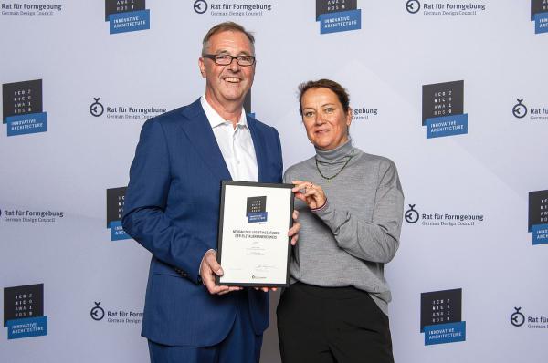 Iconic Award für Wehrle-Projekt - Elztalbrennerei Weis in Gutach-Bleibach erhält bedeutende Architektur-Auszeichnung. Klaus und Andrea Wehrle nehmen den Iconic Award in der Pinakothek der Moderne in München entgegen.  Foto: Carré Industriebau