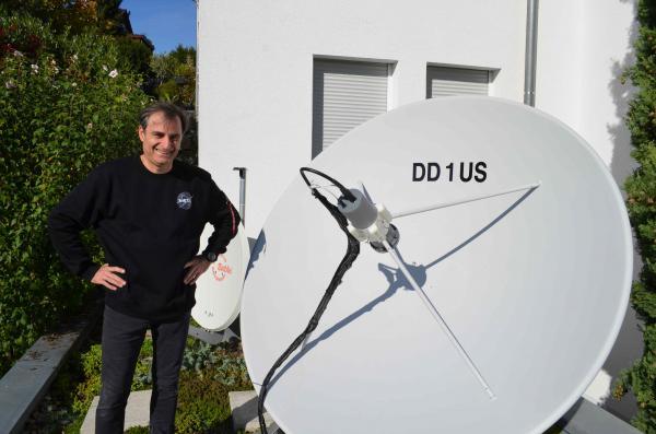 Matthias Bopp, DD1US, mit einer seiner Satellitenantennen.