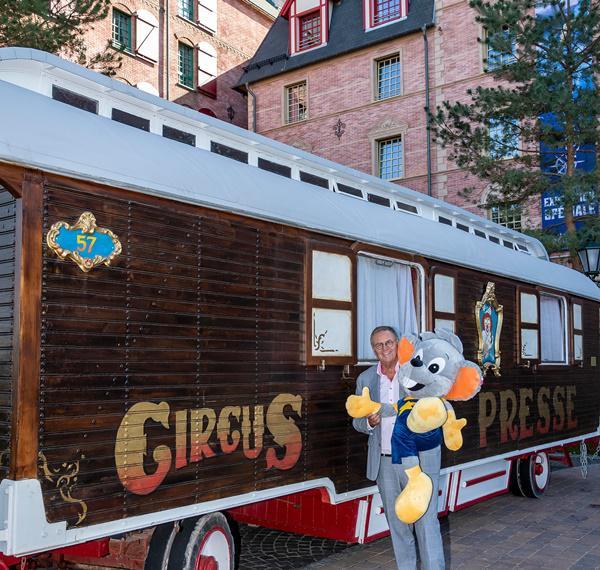 Der Zirkus-Pressewagen von Franz Mack begrüßt die Gäste vor dem Hotel Krønasår