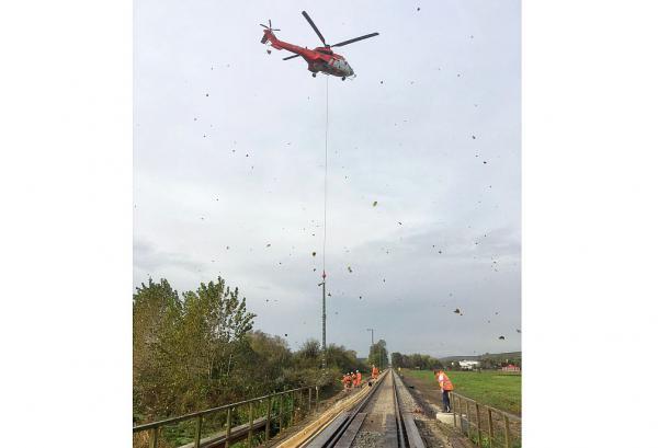 Signale für Streckenausbau der Breisacher Bahn werden mit Helikopter eingeflogen. Helikoptereinsatz zum Einfliegen von Signalen.  Foto: Deutsche Bahn AG