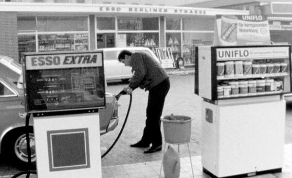 """20. Oktober: Benzin-Boutiquen, Kopfsteinpflaster-Protest und Dienstwagen-Boykott - """"Die SWR Zeitreise"""" mit Nachrichten vom Oktober 1969 im SWR Fernsehen. Oktober 1969: Es gibt neue Tankstellen, auch Benzin-Boutiquen genannt. Neben der vollautomatisierten Autowäsche stellt der Tankwart auch schon mal dem Fahrer einen Kasten Bier in den Kofferraum.  Foto: Südwestrundfunk"""