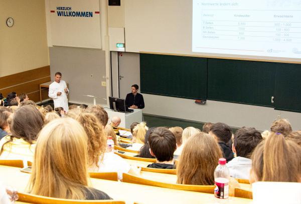 Faszination Immunsystem - Schüler besuchten Spitzenforscher am Universitätsklinikum Freiburg. Schüler erfuhren von Forschenden des Universitätsklinikums Freiburg, wie das Immunsystem funktioniert.  Foto: Universitätsklinikum Freiburg
