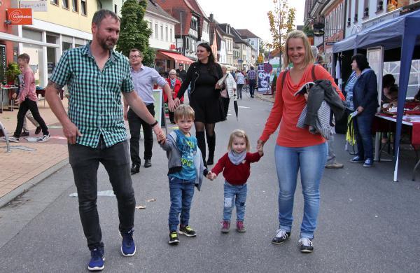 """""""Herbolzheimat - die gesunde Familie"""" bestens besucht - Verkaufsoffener Sonntag und Information mitten auf der gesperrten Hauptstraße  Bild: FSRM"""