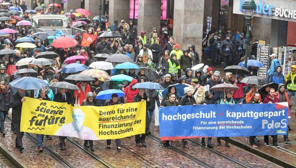 """""""Stehen Sie mit uns auf, seien Sie laut!"""" - 1.500 Menschen gingen in Freiburg für eine bessere Finanzierung der Hochschulen auf die Straße.  Foto: Patrick Seeger"""