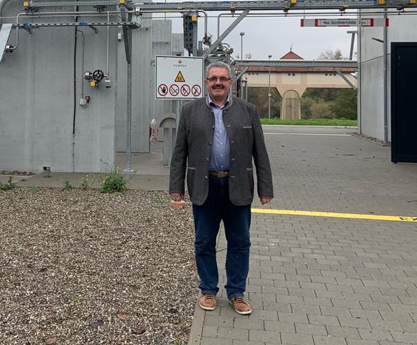 Landtagsabgeordneter Karl Rombach  (CDU, Wahlkreis Villingen-Schwenningen) vor der Power-to-Gas-Anlage in Wyhlen.   Foto: Büro Rombach
