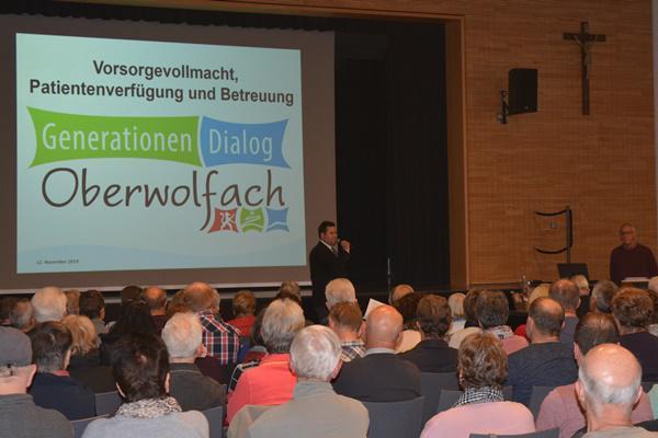 Generationen.Dialog.Oberwolfach - Hans-Jürgen Bärmann informierte die Anwesenden rund um die Themen Versorgungsvollmacht, Patentenverfügung und Betreuung  Foto: Gemeinde Oberwolfach