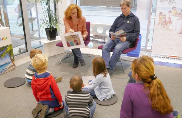 Bundesweiter Vorlesetag: Vorbild sein und Begeisterung fürs Lesen wecken - 15 Kindergartenkinder waren zu Besuch beim ADAC Südbaden in Freiburg.  Foto: ADAC Südbaden