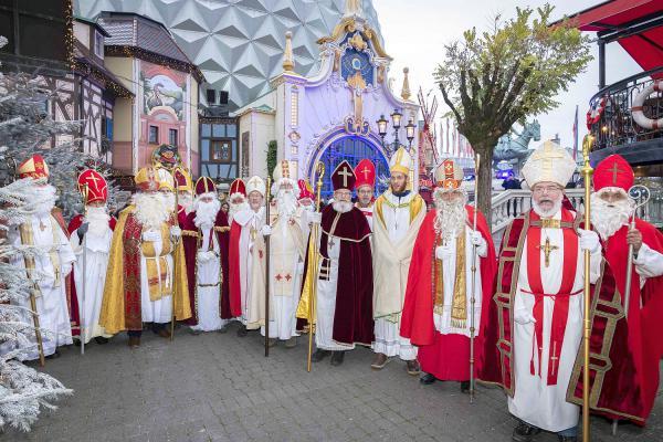 """Der Nikolaus wurde lebendig - 17 """"Nachwuchs-Bischöfe"""" waren bei Nikolaus-Workshop im Europa-Park. Pünktlich zur Eröffnung der Wintersaison kamen 17 Teilnehmer zum Nikolaus-Workshop in den Europa-Park.  Foto: Europa-Park"""
