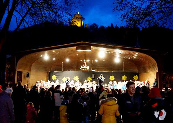 """Immer montags gibt es während des Advents in der Schlettstadtallee den stimmungsvollen """"Klingenden Adventskranz"""" mit vielen Mitwirkenden der Städtischen Musikschule   Foto: Stadt Waldkirch"""