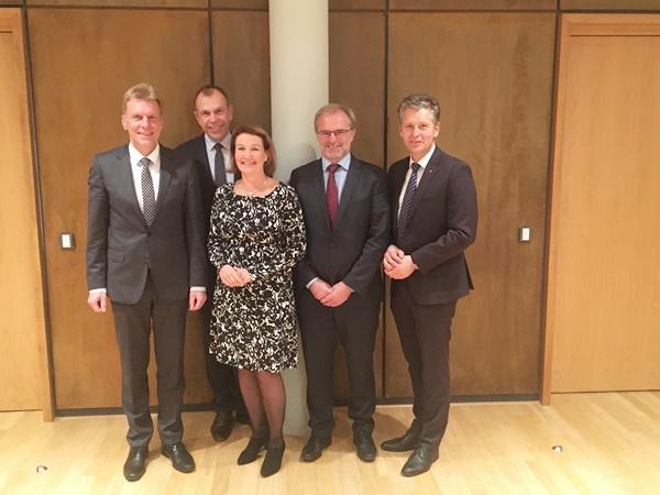 V.li.: Marcel Thimm, Bernd Rigl, Claudia Hentschel, Martin Linder, Lars Hopp  Bild: Sparkasse