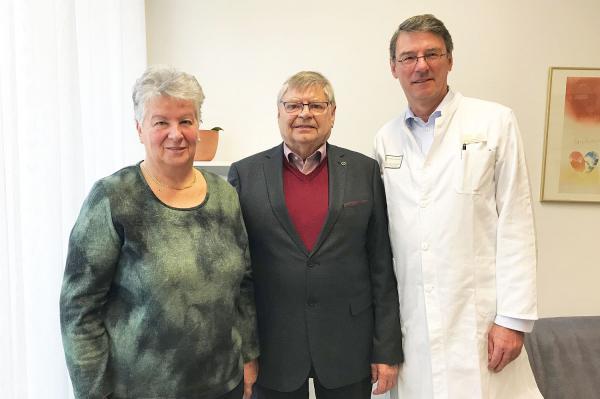 Erste Herztransplantation in Freiburg vor 25 Jahren. Günter Schulz mit seiner Frau Brigitte Schulz und Friedhelm Beyersdorf (rechts).  Foto: Universitätsklinikum Freiburg