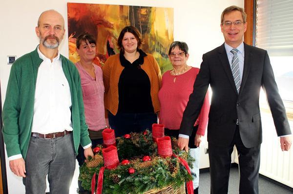V.li.: ADVENT, ADVENT…:Peter Ackermann und Landrat Hanno Hurth (rechts) tragen den Adventskranz, den die Denzlinger Landfrauen Conny Schwaab, Simone Schwaab und Cäcilia Nübling mitgebracht haben