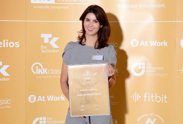 Europa-Park wurde in der Exzellenzklasse mit Corporate Health Award ausgezeichnet. Miriam Mack (Leitung Betriebliches Gesundheitsmanagement Europa-Park) freut sich über die Auszeichnung in der Exzellenzklasse des Corporate Health Award.   Foto: www.corporate-health-award.de