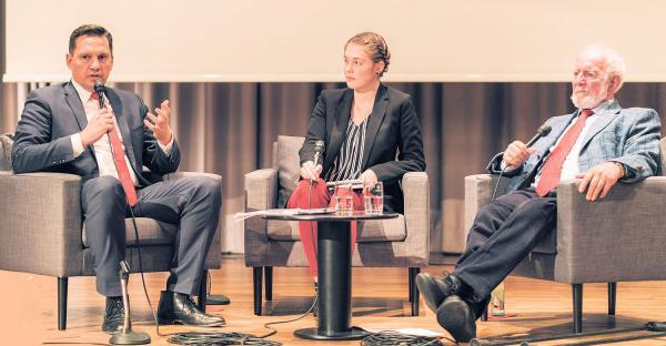 SPD für mehr Klimaschutz - weltweit anerkannter Klimawissenschaftler Ernst Ulrich von Weizsäcker sprach auf Einladung von SPD-Bundestagsabgeordneten Johannes Fechner in der Steinhalle in Emmendingen. Von links: SPD-Bundestagsabgeordneter Johannes Fechner, Vanessa Bossler (SPD-JuSo-Kreisvorsitzende) und Klimawissenschaftler Ernst Ulrich von Weizsäcker.  Foto: Fionn Grosse