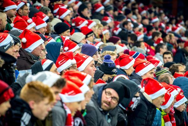 7. Dezember: Rot-weißes Meer von Nikolausmützen im SC-Stadion in Freiburg.   Archiv-Foto: Badenova AG