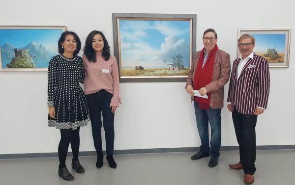 """Ausstellung von Joachim Lehrer: """"Die Welt hinter der Welt"""" - """"Familenfoto"""": Jürgen Messmer (rechts) und Joachim Lehrer mit Anke Lehrer (links) und Lea Messmer  Bild: Kunsthalle Messmer"""