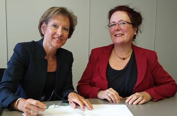 Landrätin Marion Dammann und Auditorin Sabine Weigel bei der Unterzeichnung der Zielvereinbarung für eine bessere Vereinbarkeit von Familie und Beruf