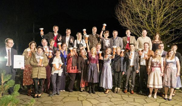 """""""Family Cup 2019"""" für """"Krønasår – The Museum-Hotel"""" in Rust - Neues Europa-Park Hotel wurde ausgezeichnet. Die Nominierten und Sieger des """"Family Cups 2019"""" - darunter die Europa-Park Hoteldirektorin Michaela Doll-Lämmer (Sechste von rechts, vorne) sowie ihr Stellvertreter Steffen Waldmann (Vierter von links, hinten).  Foto: Europa-Park"""