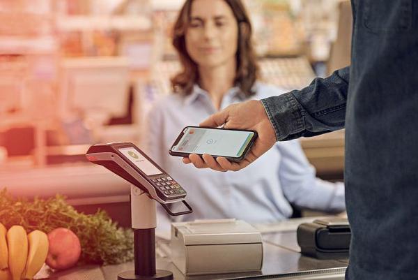 """""""Apple Pay"""" ist bei der Sparkasse Freiburg-Nördlicher Breisgau gestartet. iPhone-Zahlung im Supermarkt.  Foto: Sparkasse Freiburg-Nördlicher Breisgau"""