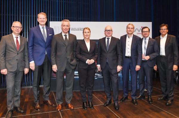Dr. Christoph Münzer (wvib-Hauptgeschäftsführer), Prof. Dr. Hanns-Peter Knaebel (Vorstandsvorsitzender, Röchling SE & Co. KG), Moderator Andreas Richter, Birgit Hakenjos-Boyd (Präsidentin, IHK Schwarzwald-Baar-Heuberg), Thomas Burger (wvib-Präsident), Jürgen Döring (Director Automotive Regulatory Strategy, Daimler AG), Thomas Albiez (Hauptgeschäftsführer, IHK Schwarzwald-Baar-Heuberg), Dieter Becker (Global & EMA Head of Automotive Practice, KPMG International)  Bild: wvib Schwarzwald AG