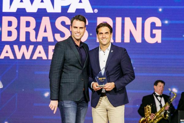 "Europa-Park erhielt drei ""Brass Ring Awards"". Thomas Mack (geschäftsführender Gesellschafter des Europa-Park) nahm den Award in Orlando persönlich entgegen.  Foto: Europa-Park"