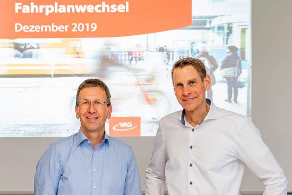 """""""Jahresfahrplan 2020"""" der Freiburger Verkehrs AG. Die VAG-Vorstände Staphan Bartosch (links) und Oliver Benz."""